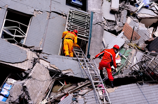 Rescuers try to look for victims at the site where a building collapsed during an earthquake in Tainan City, southeast China's Taiwan, Feb. 6, 2016. A 6.4-magnitude earthquake hit an area near Tainan of Taiwan at 03:57 a.m. Beijing Time on Saturday, damaging several buildings, leaving at least seven people dead and hundreds injured, according to the island's disaster response center. (Xinhua/Zhang Guojun) (lfj)