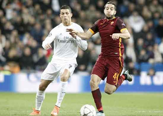 Real Madrid's Cristiano Ronaldo (l) and AS Roma's Kostas Manolas during UEFA Champions League match. March 8, 2016.