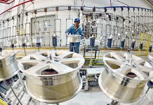 Workers run a wheel production facility in Qinhuangdao-based CITIC Dicastal Co. Ltd., north China's Hebei Province. [Xinhua photo]