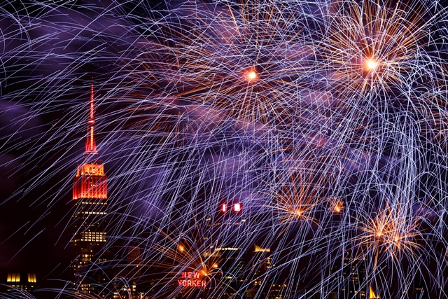 Photo taken on Feb. 6, 2016 from Weehawken of New Jersey, the United States, shows the fireworks over Manhattan of New York celebrating the Chinese lunar New Year. (Xinhua/Li Muzi) (zw)