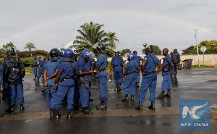 Photo shows police standing by during the riots in Bujumbura, Burundi, April 26, 2015. (Xinhua/Reuters)