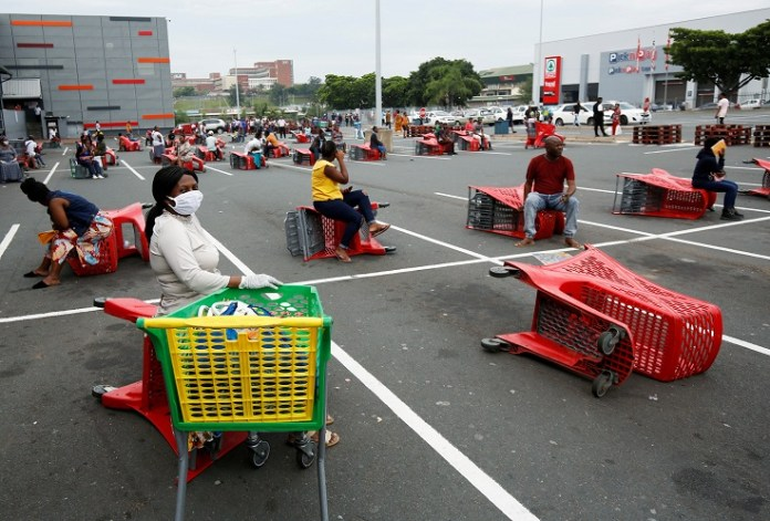 [Reuters]Shoppers queue at a grocery store during a nationwide 21 day lockdown in an attempt to contain the coronavirus disease (COVID-19) outbreak in Chatsworth near Durban