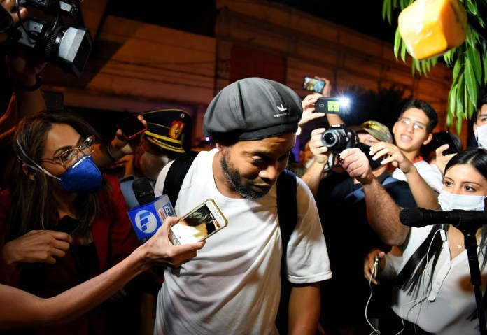 Brazilian retired football player Ronaldinho arrives at a hotel in Asuncion where he and his brother will serve house arrest after a judge ordered their release from jail on April 7, 2020. - A judge in Paraguay ordered the release of Ronaldinho and his brother Roberto Assis into house arrest after the siblings spent almost exactly a month in jail awaiting trial on charges of using false passports to enter Paraguay. Lawyers for the men posted bail of $1.6 million. (Photo by Norberto DUARTE / AFP)