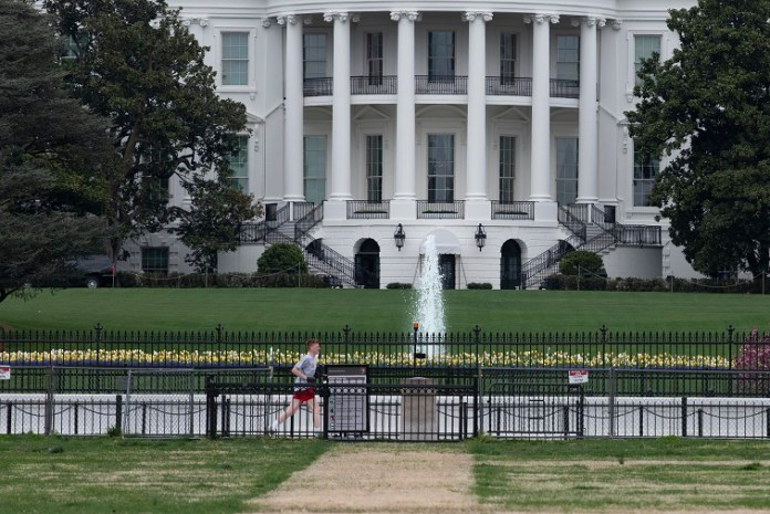 A man jogs near the White House during the outbreak of COVID-19 in Washington D.C., the United States, April 1, 2020. The United States became the first nation with more than 200,000 COVID-19 infections on Wednesday, according to a new tally from Johns Hopkins University. (Xinhua/Liu Jie)