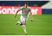 Robert Lewandowski of Bayern Munich runs with the ball during the 2019-2020 UEFA Champions League quarterfinal match between Bayern Munich and Barcelona in Lisbon, Portugal, Aug. 14, 2020. (UEFA/Handout via Xinhua)