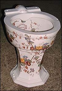 Los primeros inodoros de porcelana se adornaron como las vajillas.