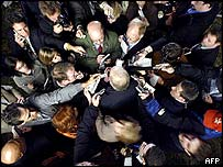 Periodistas rodeando a Karl Rove