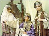 Женщины в татарской национальной одежде (фото с сайта Республики Татарстан)