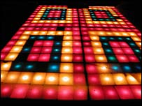 La pista tiene más de 300 luces de colores que parpadean