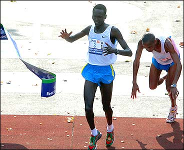 Paul Tergat de Kenia gana el maratón de Nueva York 2005 el atleta  Hendrick Ramaala de Sudáfrica cae en la línea de meta