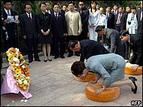 (Photo, courtesy of BBC News)  Taiwan head seeks Beijing talks.  KMT leader, Lien Chan, is shown here, paying respects at his grandmothers grave.