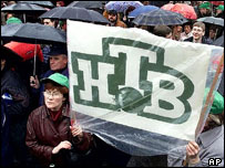 Supporters of independence of Russia's NTV, April 2001, Moscow