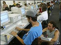 Sala de periodistas del Foro Social Mundial en Brasil, con computadoras con Linux