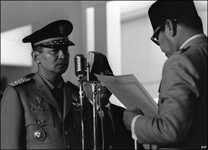 Jenderal Suharto menghadap Presiden Sukarno yang berkuasa saat ini