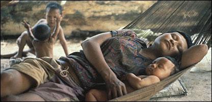 Mujer y niño de la tribu Nukak Makú. (Foto cortesía Survival: www.survival.es)