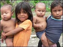 Niños colombianos de la tribu Wounaan, desplazados (M.H. Verney/UNHCR)