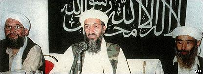 Osama Bin Laden (centro) y Ayman al-Zawahiri (izquierda)
