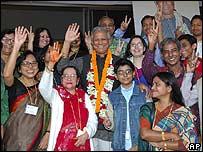 Muhammad Yunus, Premio Nobel de la Paz 2006 y asociados.