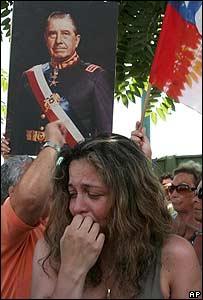 Partidaria de Augusto Pinochet llora en Santiago al conocer la noticia de su muerte.