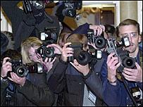Los paparazzi constantemente juegan con la tenue frontera entre el derecho a la información y el derecho a la privacidad.