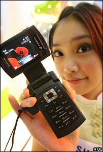 Mujer muestra teléfono celular