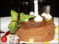 Y si aún no quedó satisfecho, después de la cena puede pedirse una taza de chocolate caliente.