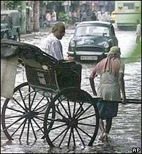 Muchas personas utilizan el carrito durante la temporada de los monsones