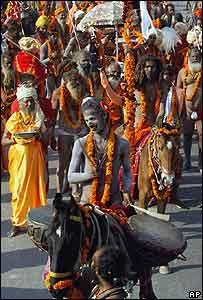 Los Naga Sadhu, ascetas hindúes, se acercan a los r�os sagrados para lavar sus pecados
