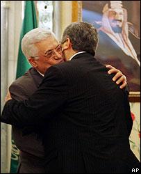 Mahmoud Abbas merangkul Khaled Meshaal