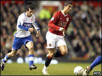 Ronaldo es perseguido por Julio Arca del Middlesbrough