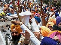 சீக்கியர்கள் பெரும் ஆர்ப்பாட்டத்திலும் ஈடுபட்டனர்