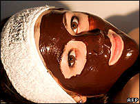 Se gastan millones de dólares en productos cosméticos contra la vejez.