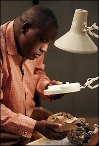 Cient�fico examina un cráneo de Homo Erectus, de hace 1,55 millones de años, hallado en Kenia en 2000.