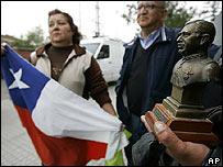 Simpatizantes de Pinochet en las afueras del cuartel de la Polic�a de Investigaciones