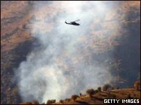 عمود دخان يتصاعد من جبال سيرناك وهليكوبتر تركية فوقه