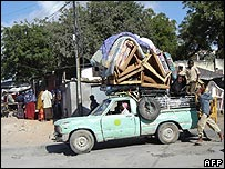 Residents flee Mogadishu in a pick-up truck (29/10/2007)