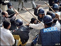 Pakistani policemen beat protesters in Lahore, 5/11/07