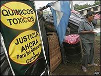 Ex trabajador bananero protesta frente a sede de Asamblea Nacional en Managua.