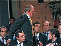 El rey de España abandonando el plenario