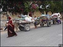 Somalis flee Mogadishu with their belonging loaded onto donkey carts