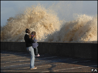 Madre e hija son sorprendidas por un fuerte oleaje.