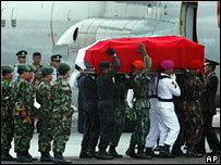 Soldiers load Suharto's coffin on to an aircraft for the flight to Solo