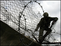 Egyptian forces use barbed wire to breach the gap in the border between Egypt and Rafah, southern Gaza (31/01/2008)