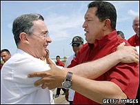 Hugo Chávez (dcha) y Álvaro Uribe