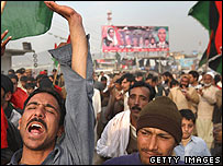 Supporters of Benazir Bhutto's Pakistan People's Party rally at Bhara Kahu near Islamabad (16.02.08)