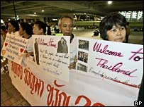 Supporters of former Thai PM Thaksin Shinawatra at Bangkok airport, 28 Feb 2008