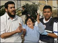 Mujer israel� recibe ayuda tras lanzamiento de misil desde la Franja de Gaza