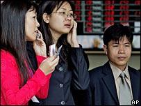 Các nhà đầu tư tại sàn chứng khoán Hà Nội