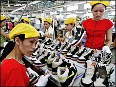 Nhân công nhà máy giầy Nike ở Việt Nam