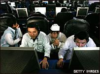 Un grupo de niños juega en un centro de Internet en China